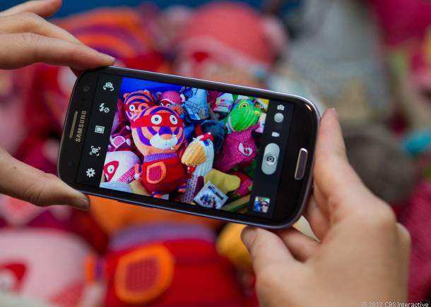 Galaxy S4 va derula paginile urmarind pozitia ochilor - Smart Scroll