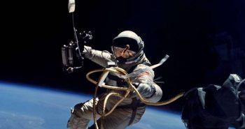 Astronaut in spatiu